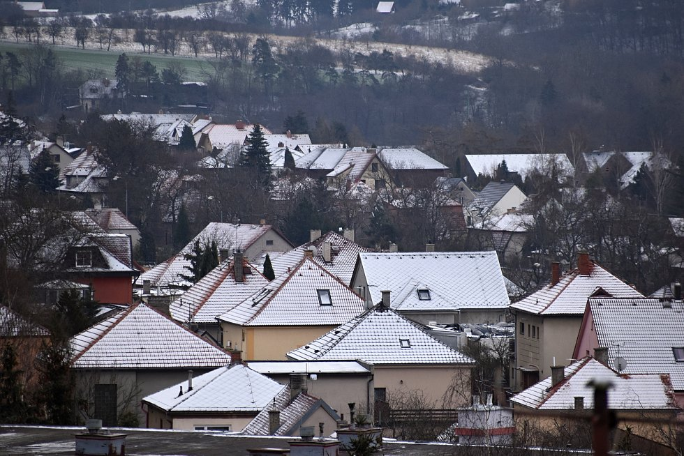 Pohled na zasněžený aprílový Rakovník a jeho okolí z Bendovky.