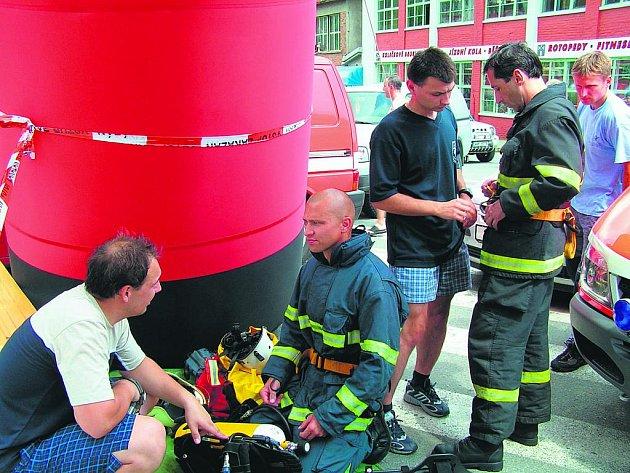 ÚSPĚŠNÝ ZÁVODNÍK Michal Mour (vpravo) ve chvíli soustředění před startem náročného závodu.