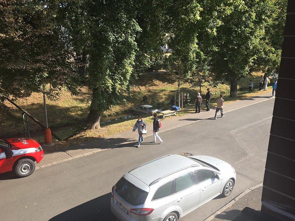 Do Rakovnického potoka sjela stříbrná Škodovka.