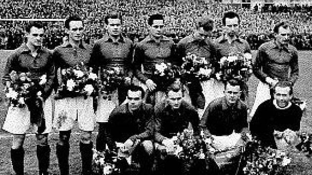 Ludomír Bláha stojí jako třetí zleva ve svém týmu AC Sparta Praha