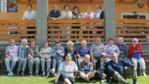 Členové Svazu nevidomých a slabozrakých v Rakovníku na letním pobytu v Jesenici u Velkého rybníka