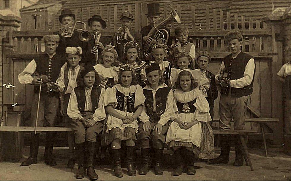 Šanov. Školní vystoupení divadelní hry Princezna Pampeliška. Rok 1947.