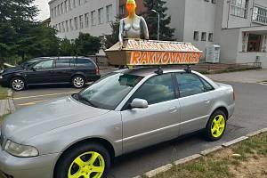 Auto s rakví a figurínou děsí některé obyvatele.