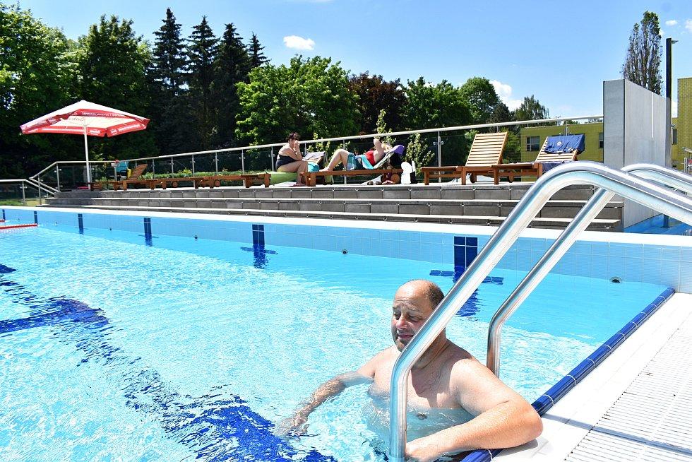 Venkovní areál rakovnického AquapRaku ve čtvrtek odpoledne otevřel svoje brány a přivítal první plavce.