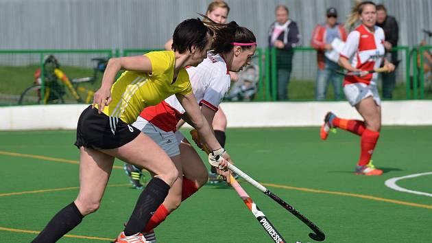 K oporám s pražskou Slavií patřila tradičně Dudová (ve žlutém), rakovnické pozemkářky budou v play off bojovat o medaile i postup do evropského poháru.