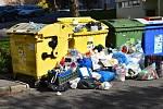 Hromadící se odpad u kontejnerů v rakovnických ulicích.
