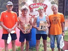Domácí běžci se prosadili nejvíc ve veteránské kategorii. Zleva Miloš Králíček, třetí zleva organizátor závodu Sláva Pilík a vpravo Ladislav Kratochvíl (nejstarší závodník).