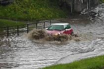Potopa pod viaduktem v Rakovníku po dešti 8.  května 2013