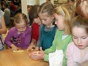 Děti o zelený čtvrtek v klubu mládeže DDM Rakovník zdobily vejce a pletly pomlázky.
