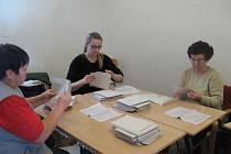 Volební komise sčítá hlasy v Rabasově galerii