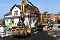 """Z luženské tepny mizí """"kočičí hlavy"""", které k obci desítky let neodmyslitelně patřily. Zrekonstruována bude nejen silnice, ale také chodníky."""