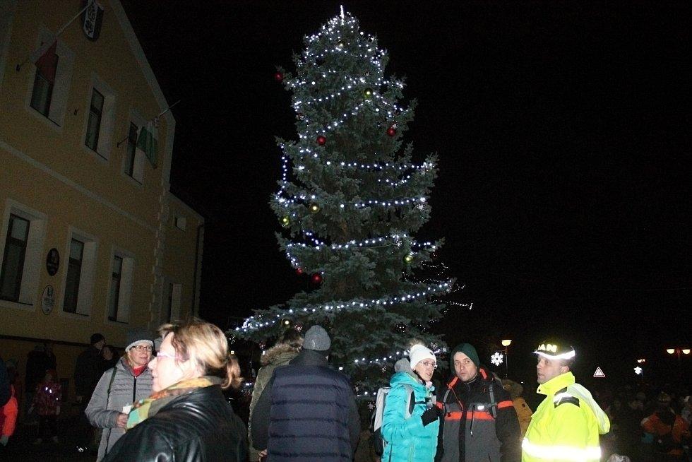 Ze slavnostní rozsvícení vánočního stromku v Lánech.