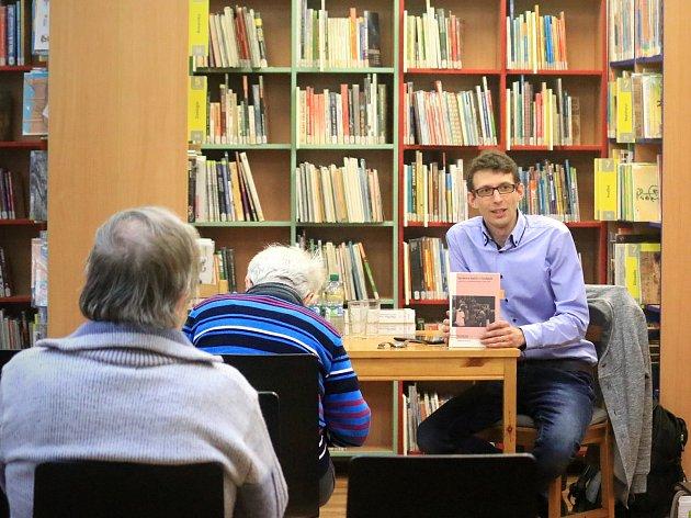 V dětském oddělení Městské knihovny Rakovník představil Tomáš W. Pavlíček svou novou knihu Výchova kněží v Čechách.