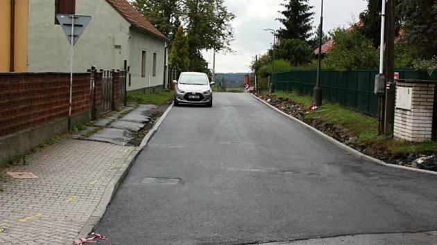 Horní část Rudské ulice v Novém Strašecí dostala nový asfaltový povrch.