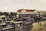 Zaplněné vlakové nádraží v Rakovníku v roce 1905.