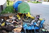 Zničené plastové popelnice