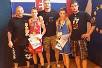 Daniel Valchař (v modrém) s vítězem Pavlem Mrkáčkem a trenéry.