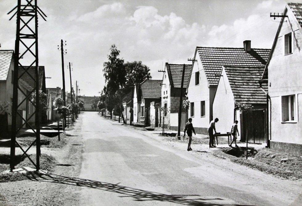 Ulice od přejezdu ke kapli, snad 60. léta.