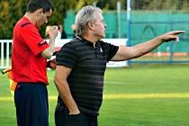 Trenér Nového Strašecí Miroslav Procházka gestikuluje v domácím utkání proti Rejšicím.