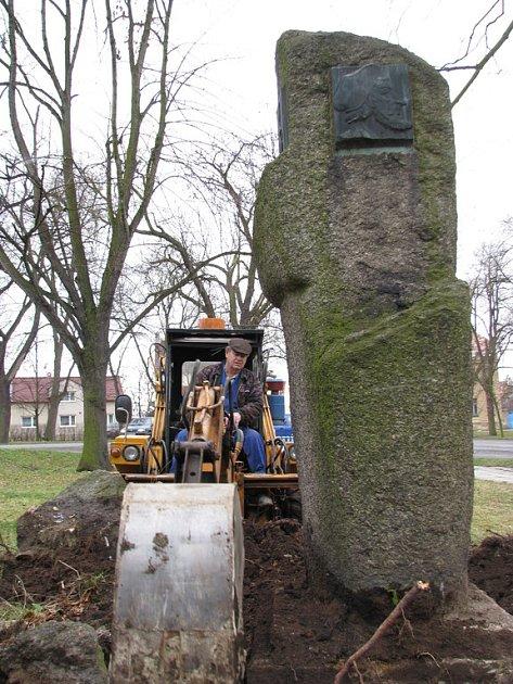Bagřík s podkopovou lžící odkryl betonovou patku památníku.
