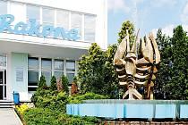 Fontána s raky před budovou P&G Rakona