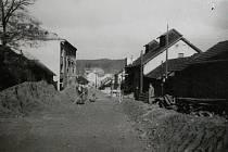 Okolí Rakony v padesátých letech minulého století. Vpravo je bývalé obilné skladiště.