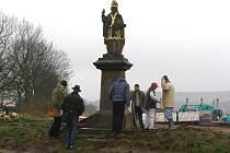 Přípravy na stěhování sochy sv. Vojtěcha v lokalitě U křížku v Rakovníku