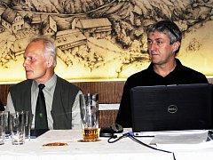 Lesník Miroslav Pecha (vlevo) a vedoucí Správy CHKO Křivoklátsko Petr Hůla