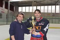 Pivát Jirka Fůs (vlevo) předává putovní pohár vítězi turnaje mužstvu Pelikán z Rakovníka