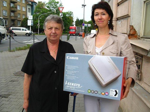 Miluše Trčová (vlevo) vyhrála díky druhému nejlepšímu tipu laiserovou tiskárnu od firmy Canon