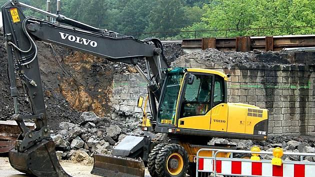 Přestavba železničního mostu v Holoubkově začala. Od soboty tu už doopravdy platí avizovaná uzavírka komunikace.