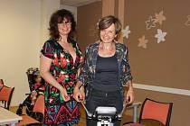 MARCELA SOBOTKOVÁ (vpravo) z Hrádku byla jedním z třiceti účastníků dobrovolné akce, týkající se složení těla. S analýzou jí ve středečním podvečeru pomáhala výživová poradkyně Eva Kratochvílová.