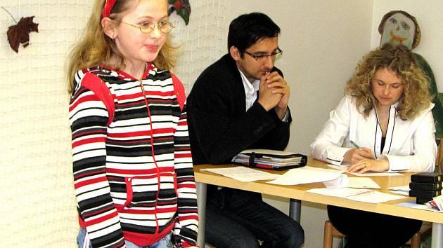 V rámci druhé kategorie  (pro 4. a 5. třídy) přednášela i Jana Glazerová z Mýta. Vybrala si První dopis mamince od Jaroslava Seifrta. Pozorně jí naslouchá předseda poroty Daniel Mikeš s kolegyní  Helenou Veverkovou.