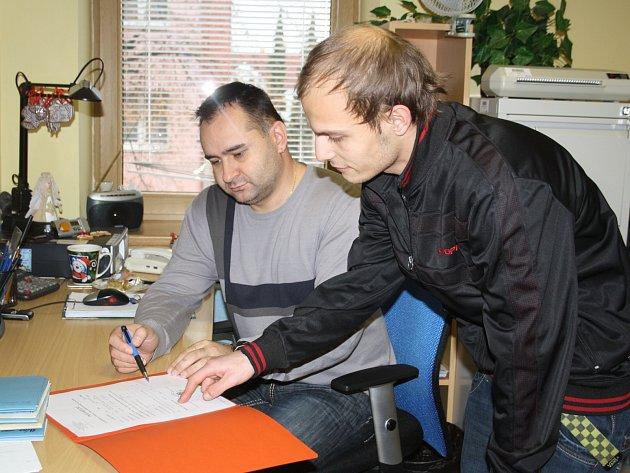 Hledat pomoc přišel za rokycanským sociálním kurátorem Eduardem Šišpelou (vlevo) po svém propuštění z věznice i amnestovaný Martin Bránecký.