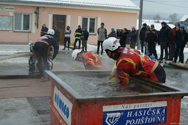 Liblínští hasiči se představili v požárním útoku. Jejich výsledný čas byl 21.14 sekund.