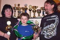 Hluboko do rodinné kasy musí kvůli svému koníčku sáhnout Strakovi z Oseka. V republikovém mistrovství historických vozidel ale obsadili druhé místo a pyšný je na to i syn Jiří. Stejně jako bratr Libor miluje kromě aut také kopanou.