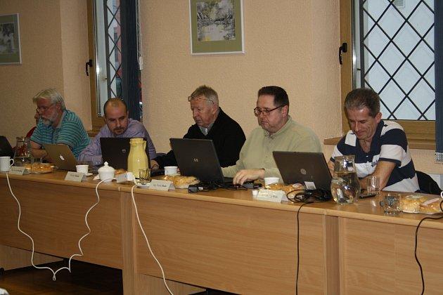 SVÉ ROLE v  městské radě Rokycan budou (zprava) Ondřej Weis, Tomáš Rada (oba představitelé sdružení PATRIOTI ROKYCAN) i Kvido Kuželka (TOP 09; sedí vlevo) zastávat i nadále. Své výhrady Deníku vysvětlili. Na snímku je se jmenovanými ještě zastupitel Micha