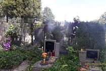 Požár tújí na hřbitově v Rokycanech