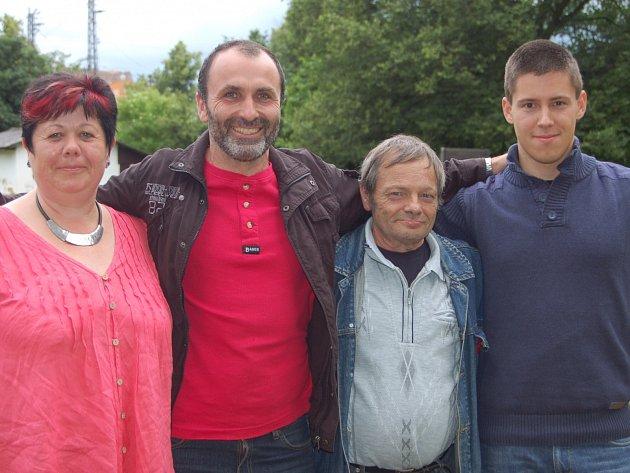 MICHAL VATAHA (vpravo) byl nejlepší z rokycanských kynologů při sobotním závodě s německými chovateli. Obsadil čtvrté místo, když na snímku zleva jsou stříbrná Christine Beez, vítěz Mair Riemenschneider a bronzový Hartmuth Sommer.
