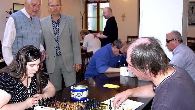 Dvoudenní turnaj O pohár starosty Rokycan Vladimíra Šmolíka (na snímku právě diskutuje s ředitelem akce Lubomírem Pohořelým) se konal v centru okresního města. Zúčastnilo se ho osmnáct znalců.