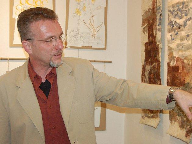 Lékárník Pavel Niebauer se v rokycanském muzeu prezentuje ve zcela jiné roli. Od čtvrtečního večera zde vystavuje díla inspirovaná cestami po Evropě.
