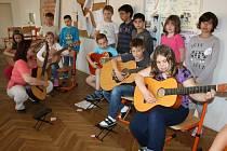 KYTARY se staly oblíbeným nástrojem mladých muzikantů ze ZŠ ulice Míru, která má rozšířenou výuku hudební a výtvarné výchovy. Na snímku děti pod vedením ředitelky Hany Šlégrové trénují vystoupení na akademii.