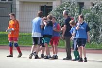 Dvaasedmdesát mladých fotbalistů si v úterý dalo sraz na Jižním předměstí v Rokycanech. Na tamním hřišti se účastnili okresního  finále základních škol (do devátých tříd) v  malé kopané.