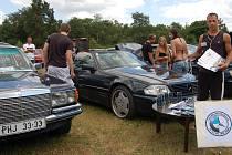 Kemp pod Liblínem patřil o víkendu bezmála čtyřiceti majitelům automobilů. Sraz značek Mercedes-Benz a BMW lákal motoristy z celé republiky. Organizátor Ondřej Paur (vpravo) představil medaile pro nejkrásnější vozy. Včera akce vrcholila na letišti u Líní