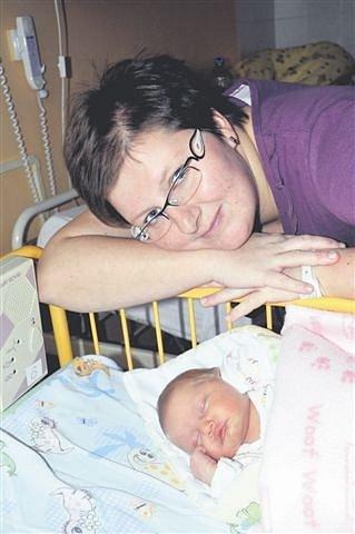 Veronika PECHOVÁ z Rokycan se narodila 7. prosince ráno, čtyři minuty před šestou. Manželé Lucie a Pavel znali pohlaví miminka dopředu. Doma už mají prvorozenou dceru Elišku (3 roky). Malá Verunka se narodila s mírami 3580 gramů a 49 cm.