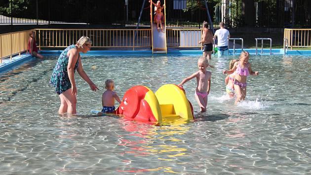 Dvě nová sportoviště budou od pondělí k dispozici návštěvníkům koupaliště v Rokycanech.