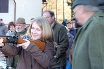 Studentka rokycanského gymnázia Olina Matějková (při střelbě) má už mysliveckou maturitu za sebou. Zvládla v sobotu perfektně zkoušky o první lovecký lístek. Prověrce znalostí předcházela praktická část v Hrádku.