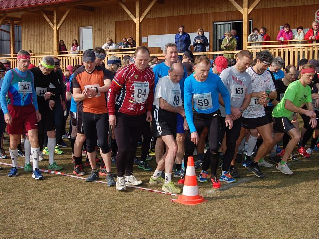 POČETNÉ POLE více než sto běžců se v sobotu vydalo na Těškovský okruh. Měřil 7,3 kilometru a nejrychlejší byl Ondřej Klesnil.