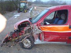 Policisté vyjížděli v úterý před sedmou hodinou ranní ke Kařízku. Střetl se zde osobák s traktorem.