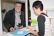 MEZI TĚMI, kdo se včera v Rokycanech zajímali o získání voličského průkazu, byl také malíř Aleš Sedláček, žijící většinu roku v Tichomoří. Záležitost s ním vyřizuje Alena Turková.
